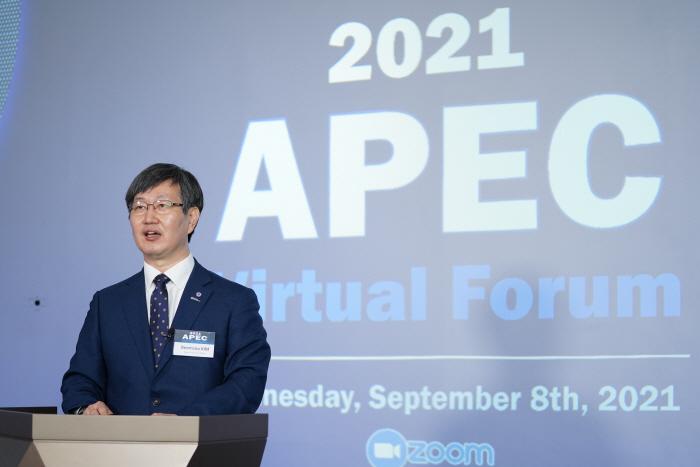 김범수 연세대 바른ICT연구소 소장이 8일 2021 APEC 포럼 개회사를 하고 있다. [사진 제공 = 연세대]